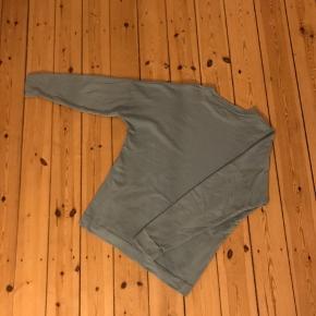 Lækker turkis sweatshirt. En str. S men stor i størrelsen. Lynlås i hver side af kroppen, som ændrer blusens cut 🌼