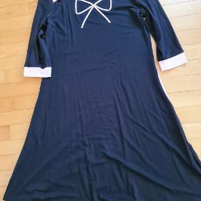 Ny med tags.  Fra røgfrit hjem.  Kjolen hedder Caroline Bow.  Længde målt fra skulder 95 cm. Måler fra ærmegab til ærmegab 48 cm. Køber betaler porto.