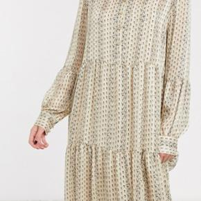 Smukkeste kjole med blomsterprint og en fin guld tråd i. Desværre købt i den forkerte størrelse. Kjolen kan afhentes i Aalborg eller sendes.