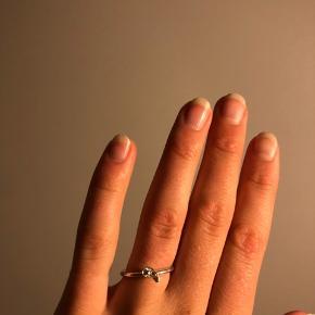 Ægte sølv Sterling 925 ring med lille sten i midten der ligner en diamant. Ved ikke størrelse, men på billede to kan det muligvis fornemmes.  Gætter s. Har andre sølvsmykker til salg på min side. Tjek gerne ud! Pris: 80kr eks fragt