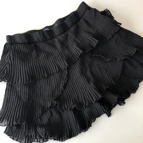 Sælger denne shorts/nederdel fra zara. Brugt en enkelt gang, str. small. Byd.