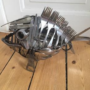 Fisk lavet af bestik svejset med el pærer og ledning. Kunst