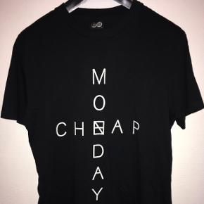Lækker sort herre t-shirt med Cheap Monday på maven fra Cheap Monday str. M. Fra røgfrit hjem.
