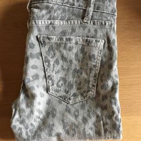 """Varetype: De klassiske leo jeans Størrelse: 25/30"""" Farve: Grå Prisen angivet er inklusiv forsendelse.  De er store i str.         Bruger normalt 27 i fx Acne         Kom med et bud :)"""