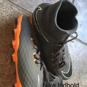 Nike fodboldstøvler med sok. Brugt en halv sæson og desværre allerede for små. Str. 36