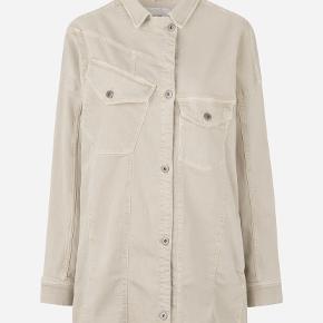 Munthe denim jakke i str s (oversize).  Brugt et par gange og vasket én. Har ingen brugstegn.