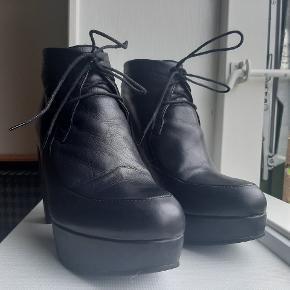 Med slagmærker på hælen, flere billeder kan sendes - ses ikke, når støvlerne er på. Ellers så gode som nye, da de kun er brugt få gange.