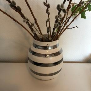 Kähler vase mellem med sølv.