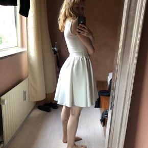 Kjolen er kun brugt en gang, men desværre er der kommet en plet på som ikke kan komme af. Se billede.  #Secondchancesummer