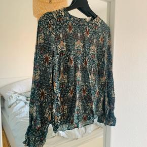 Fin bluse fra Morris & Co collectionen med H&M