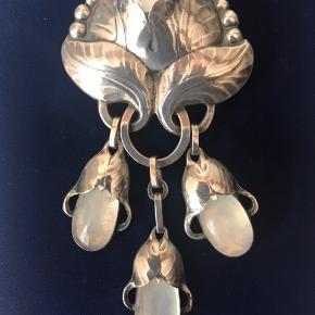 Antik Vintage sølvbroche udført af Evald Nielsen i 60'erne. Brochen er utrolig smuk og er indfattet med 3 månestene - 3 som dråber og en i selve brochen. Brochen er signeret SC på bagsiden og stemplet 830 sølv. Bud modtages fra kr 3.000 og opefter. Sendes for købers regning!