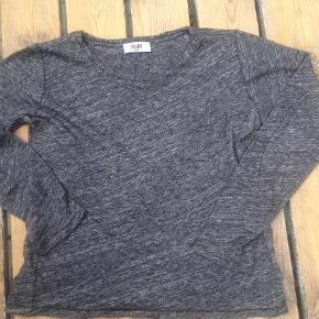 Brand: MoliinVaretype: Bluse Farve: Grå Prisen angivet er inklusiv forsendelse.  Se også mine andre annoncer