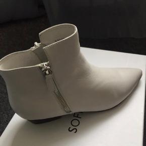 Hvide støvler aldrig brugt. Hælen måler 3 cm.  Der følger ikke æske med, men skoposer.
