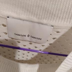 Str M men er oversize, så kan bruges af str 36-40. Super fin hvid Samsøe Samsøe bluse.  Jeg bytter også :)