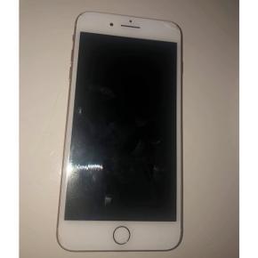 Guld iPhone 8 Plus i 64 GB sælges. Den er købt i maj 2018 og brugt i næsten et år.   Fejler intet indvendigt og virker som den skal. Den har kun små brugsridser og små skader.   Skal af med den, da jeg gerne vil have en mindre og nyere telefon.   Kasse medfølger og headset til.  Prisen er 2000,-