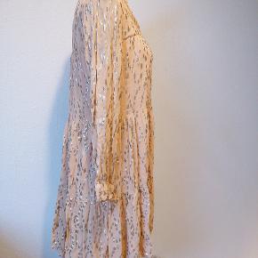 Så lækker kjole fra Sofie Schnoor i Str M.  75 % viskose og 25 % lurex.  Kan afhentes i Tilst ellers sendes på købers regning. Ved handel igennem Trendsales, betaler køber ts gebyr oveni prisen.