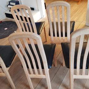Spisestole i sæbebehandlede bøgetræ med lædersæder.5 fine stole med brugspor men fine! 2 af stolen skal lige have en skrue i sædet.  Samlet pris. 380 kr Styk pris 100 kr.  Prisen er ikke til forhandling.