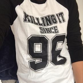 «Killing it since 96». Hvit og sort sweater