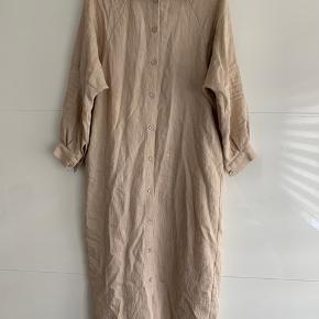 Kjolen er fra Meri, det er en onesize.  Der er bare en lille plet på kjolen (se billede 3) måske kan den fjernes