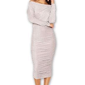 Fin kjole fra Ax Paris i str. s (8). Kjolen er aldrig brugt, kun prøvet på. Kom med et bud :) (Mit eget billede er lidt mørkt, så den er lysere i virkeligheden ligesom de andre billeder).  Sendes med DAO.