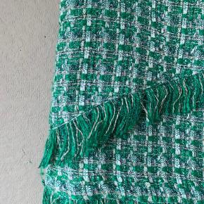 Lækker, smuk tweed nederdel i grønne nuancer. Jeg er 168 cm høj, hvis det kan hjælpe med fornemmelse af størrelsen.