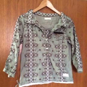 Smuk Odd Molly skjorte med broderier. Størrelse 2. Prisen er ekskl.  porto.