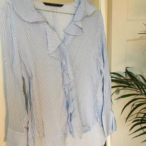 Jeg sælger denne skjorte fra Zara, den har ligget i skabet i noget tid og aldrig gået med.  Kom gerne med bud 💗