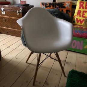 Ukendt mærke.  5 stole haves. Sælges for 200kr pr. stol eller alle 5 for 900kr. Nogle har dem har få ridser/mærker, men jeg har selv brugt dem med lammeskindstæpper i.