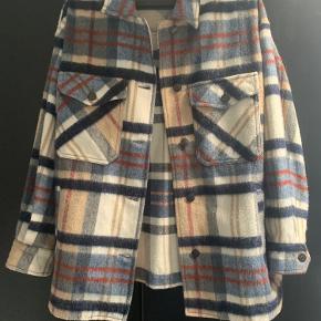 Super fed jakke/overskjorte fra Zara! Brugt 2-3 gange og har ingen tegn på slid. Er blevet brugt som overtøj i start efterår og kan sagtens bruges som jakke til en lidt varmere efterårsdag med et tørklæde🤩