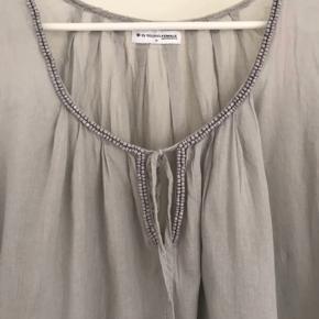 Super sød, fin og let tunika med smukke detaljer, perler mm. Som ny. Bytter ikke.  Se også alle mine andre annoncer med lækkert tøj 🌼