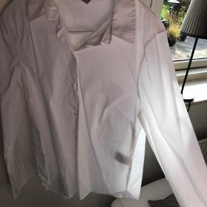 Hvid skjorte fra h&m, aldrig brugt. Jeg har købt den oversize, da jeg selv bruger str. S normalt