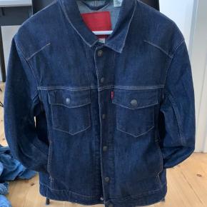 Heyyo! Jeg sælger denne her ultra lækre denim jakke fra Levi's i en str. small  Prisen er sølle 325!!!