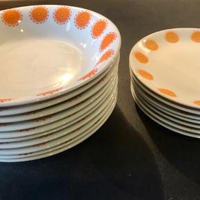 De fineste sommer tallerkener med fint orange mønster/ blomst rundt i kanten. 10 dybe (ø20) og 7 flade (ø17) Der er to tallerkner med lille skår. Sælges samlet for 1275kr Retro Vintage