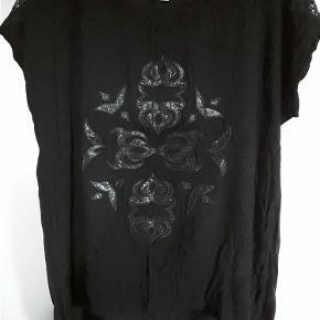 Sød bluse fra Culture, med applikation, sort str. L, brystvidde ca. 120cm. længde 60-72, længere bagpå.  BLUSE Farve: Sort
