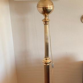 Rigtig fin messing gulvlampe som oprindeligt har været en olielampe. Le klint skærm medfølger (skærms nypris er 1799 kr) Skal afhentes. Pris uden skærm: 500 kr
