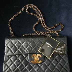 Den smukkeste Chanel vintage maxi jumbo taske. Den kan både bruges som crossbody og på skulderen.   Skind er i meget fin stand. Kanterne har fået lidt slid  Tasken er blevet set på blandt andre Chrissy Teigen  Der medfølger authenticity card og dustbag.  Taskens mål er; 33x10x21 Remmens mål er: 35x63 Køber betaler porto og ts gebyr Kan tages med til Ølstykke/København