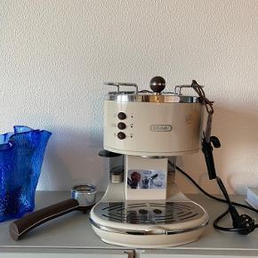 DeLonghi Icona Vintage ECOV 311.BG Espressomaskine 1,4 L. Den er et par år gammel, men er maks brugt et par gange. Den er holdt godt ved lige og har blot stået i et skab. Dengang var nyprisen mellem 1500-1800 og den kan købes til 1200 flere steder. Jeg sælger for 400. Men den skal afhentes i Aalborg C.   Den kan også lave dobbelt espresso shot samtidig.  Jeg giver mælkekanden med gratis, hvis man vil have den med. Den er købt ved siden af.