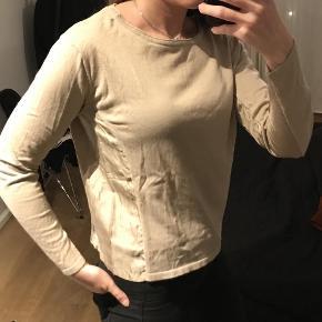 Varetype: Bluse Farve: Beige  Smuk beige bluse fra Gustav i bomuld med slike detalje i siderne. Str. 38.  Kvalitet: 100% bomuld/100%silke