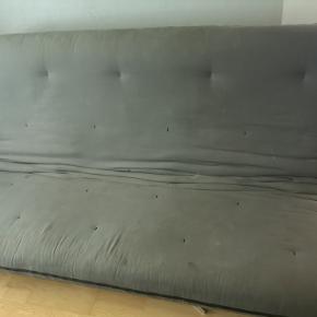 Innovation Futon. 299 x 140, 30 cm. høj. Fungere perfekt og med god opbevaringsplads.  Betrækket ret plettet. OBS.: 3. billede er ikke af aktuelle sofa, kun så du kan se den fra siden.