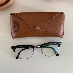 Ray Ban brille stel. Med + 1,5 styrke. Glasset kan skiftes. Nypris 1.200 kr. Aldrig brugt.