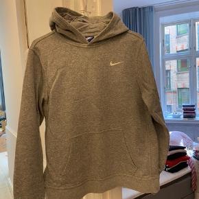 Nike sweatshirt, størrelse XL, men svarer til en S/M.