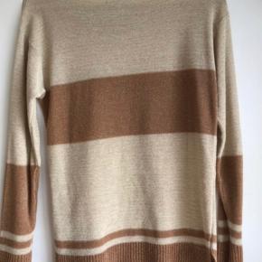 Finstrikket trøje med lidt glimmer tråde. Perfekt stand. Det er medium men passer også fint en small.