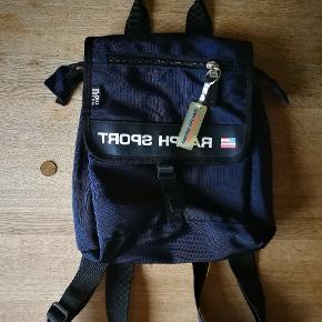 Sælger denne ralph sport taske som er i perfekt stand. Den er lavet i USA. Tasken er lille og skal helst bruges til pung og småting.