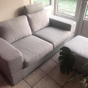 Umbria sofa m/skammel og nakkepøl. God kvalitet med koldskum i sæderne. Pæn sofa i lyst stof. Ca. 1 år gammel. Ny pris 8798,00 kr. Købt i ILVA/IDEmøbler.   Kan hentes i hobro