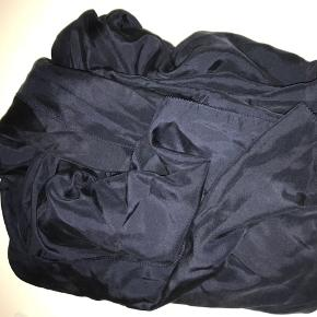 Smukt stort silketørklæde i mørkeblå 100x205cm (cirka)