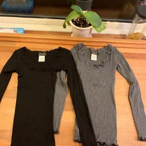 Varetype: Bluse Størrelse: XS/S Farve: Sort Oprindelig købspris: 999 kr.  Bluser med lange ærmer. Str. M men meget små, passer en XS/S. Vasket og brugt en gang. Ny pris 499 pr stk.