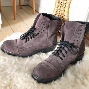 Lækre støvler i ruskind med fine små nitter  Nypris 1400 Brugt én gang Kan afhentes i indre by, Kbh BYD!!