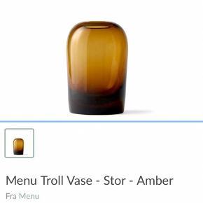 Menu Troll vaser i stor og mellem (L og M) i farven amber. Ny pris 746 kr. for begge to. Pris 100 kr Per stk
