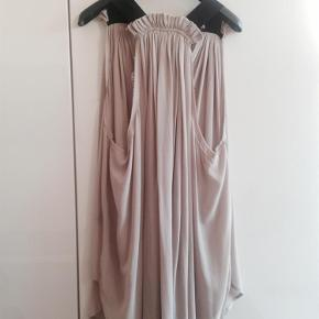 Varetype: Bluse Størrelse: 1 Farve: Sand Oprindelig købspris: 2600 kr.  Smuk Isabel Marant top i 100% silke. Toppen fremstår som ny, brugt få gange. 2 bitte små fejl i silkens struktur.   Bytter ikke!  Ved TS handel betaler køber evt gebyr.