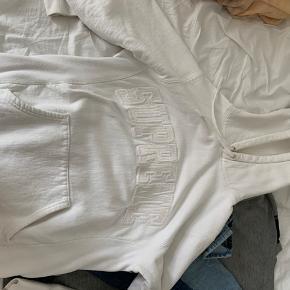 Hvid supreme hoodie brugt en gang 700, ellers byd